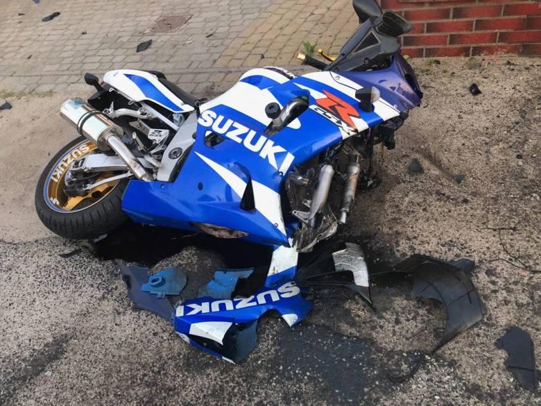 Do groźnie wyglądającego wypadku doszło dziś po godzinie 19 na ulicy Olsztyńskiej w Toruniu. Motocyklista jadący w stronę Grębocina najechał na tył samochodu