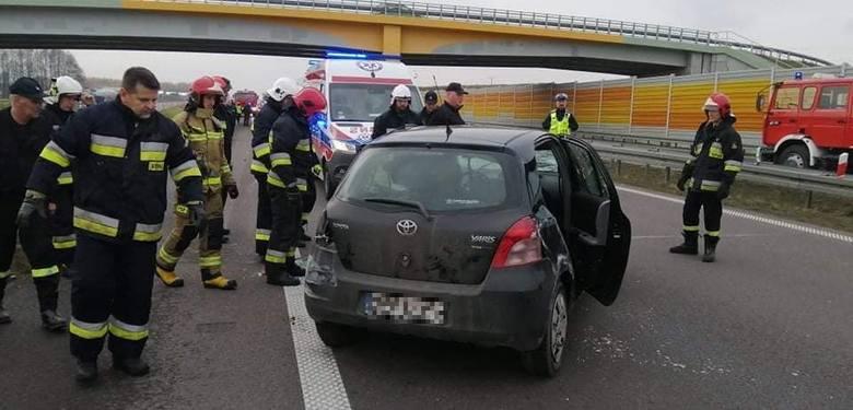 Radule. Toyota dachowała na drodze ekspresowej S8 w kierunku na Białystok. Dwie osoby ranne [ZDJĘCIA]