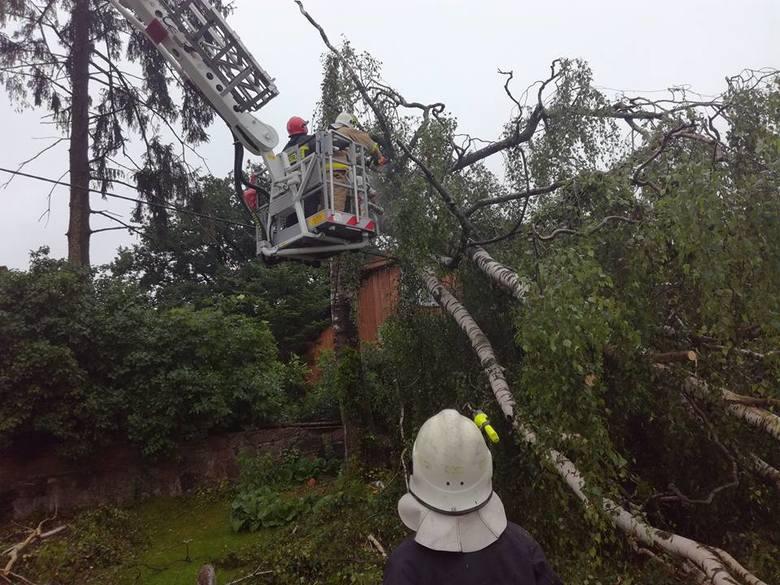 W poniedziałkowe popołudnie nad naszym regionem przeszły burze. Strażacy z powiatu drawskiego mieli wiele pracy.Jednostki z tego regionu były wielokrotnie