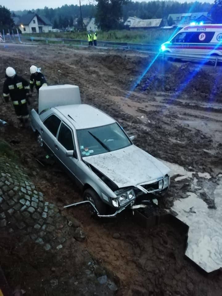Krupniki. Kierowca mercedesa stracił panowanie nad pojazdem. Samochód wypadł z drogi [ZDJĘCIA]