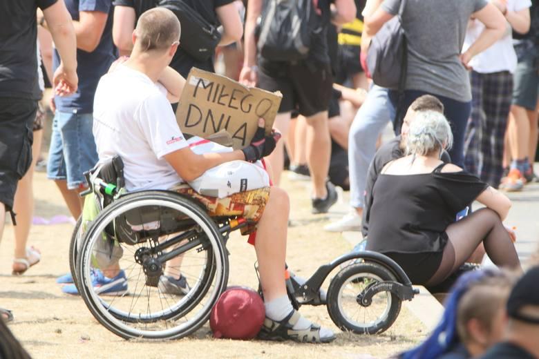 Z roku na rok w organizowanym w Kostrzynie Pol'and'Rock Festiwalu jest coraz więcej osób na wózkach inwalidzkich. Organizatorzy starają się udogadniać