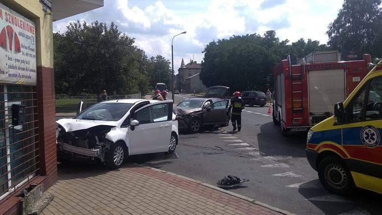 Do mocnego zderzenia samochodów doszło w sobotę, 20 lipca, na skrzyżowaniu ulic Przemysłowej i Woskowej. Na miejscu są służby ratunkowe.Na skrzyżowaniu