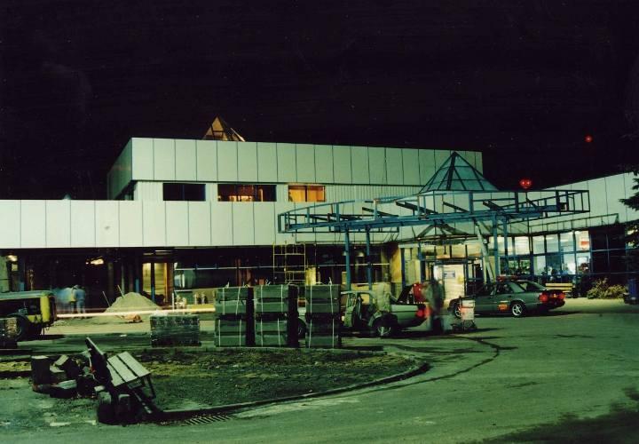 Lata 70. Choć w latach 70. lataliśmy z Pyrzowic do Gdańska, Koszalina i Poznania, a nawet, czarterami, do kurortów w Bułgarii (tylko w 1976 samoloty pasażerskie wykonały z lotniska 3410 startów i lądowań i przewiozły 119 853 pasażerów), to w latach 90. można uznać, że na lotnisku panował zastój.