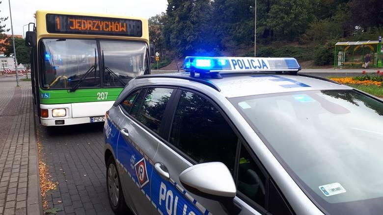 Do niebezpiecznego zdarzenia doszło w piątek, 16 sierpnia na przystanku przy ulicy plac Piłsudskiego. Kierowca autobusu MZK chcąc uniknąć zderzenia z
