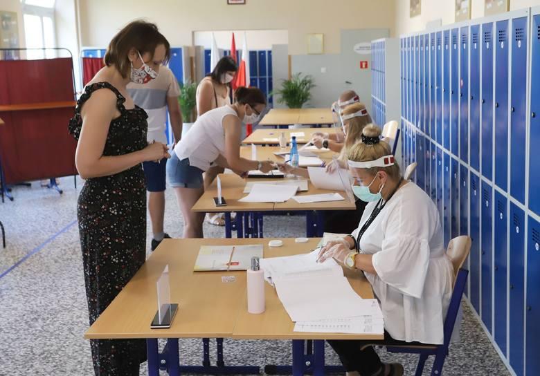Głosowanie w obwodowej komisji wyborczej w Mazowszanach w gminie Kowala w powiecie radomskim.
