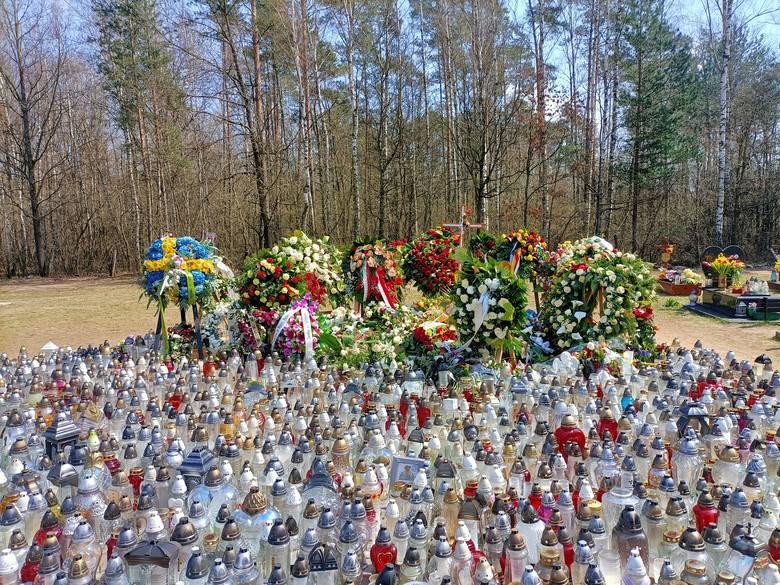 Grób Krzysztofa Krawczyka w Grotnikach koło Łodzi wciąż odwiedzają fani!