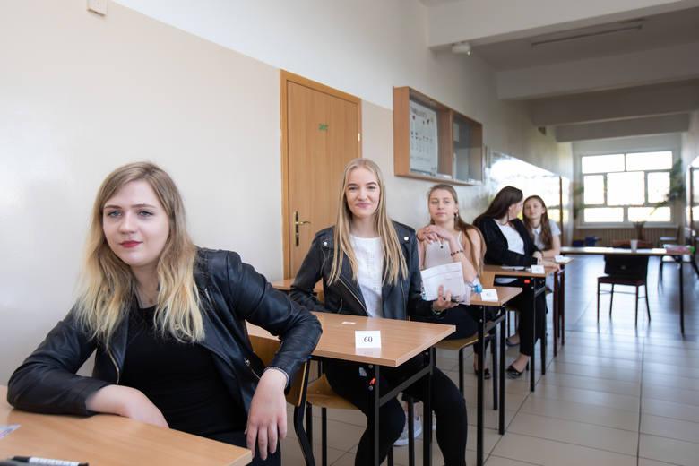 W poniedziałek (6 maja) w całej Polsce odbyły się egzaminy maturalne z języka polskiego. Nasi fotoreporterzy towarzyszyli dzisiaj bydgoskim maturzystom. Zobaczcie zdjęcia z VIII LO w Bydgoszczy na kilka minut przed rozpoczęciem matury z języka polskiego.