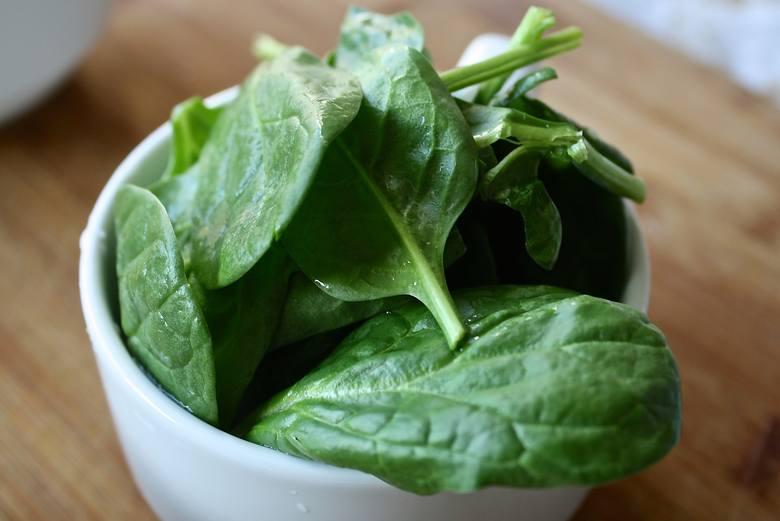 SZPINAKDzięki zawartości barwników chlorofilowych zielone listki tego warzywa (oraz innych w tym kolorze) pomagają zwalczać bakterie, działają odświeżająco
