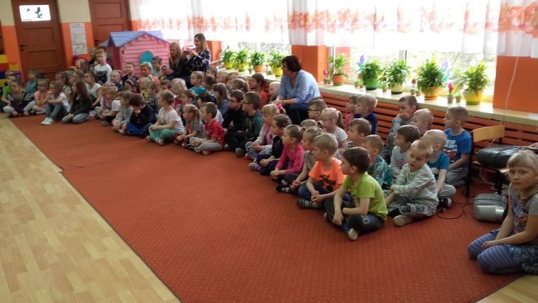Dzieci z PM nr 8 w Ostrołęce wystawiły bajkę dla starszych kolegów [ZDJĘCIA]