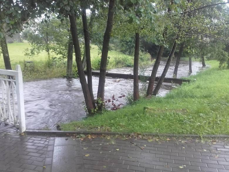 Padający deszcz daje się we znaki mieszkańcom regionu koszalińskiego. Jak się dowiedzieliśmy od naszej Internautki, w Polanowie poziom rzeki Grabowa podniósł się. Na ul. Mokrej strażacy prowadzili akcję - ustawiali worki z pisakiem.