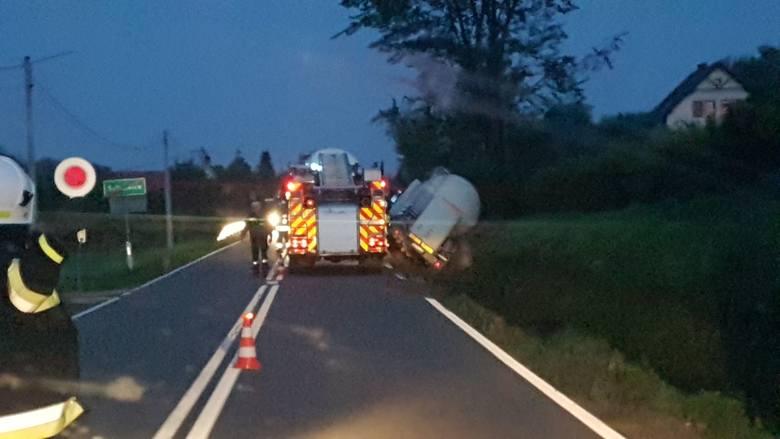 Wypadek w gminie Iwanowice. Pojazd silos przewożący materiały budowlane wpadł do rowu