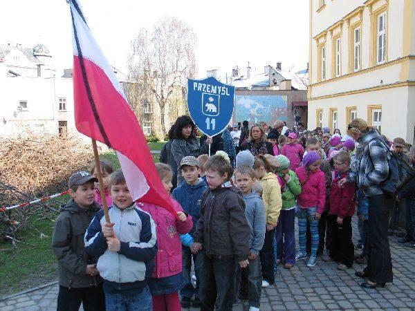 Uczniowie z Przemyśla uczcili ofiary katastrofyDo konca tygodnia, o godz. 8.56 uczniowie SP 11 w Przemyślu bedą czcic ofiary katastrofy minutą ciszy.