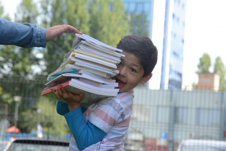 Kwota 300 zł ma być przyznawana według zasady każdemu dziecku w wieku szkolnym do ukończenia 18. roku życia przez cały okres pobierania nauki w szkole