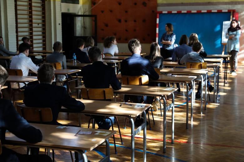 Centralna Komisja Egzaminacyjna w związku z zawieszeniem zajęć w szkołach przygotowała pakiet materiałów powtórkowych dla ósmoklasistów. Codziennie o
