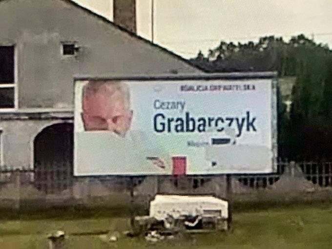Zniszczony baner Cezarego Grabarczyka (KO), okręg piotrkowski.