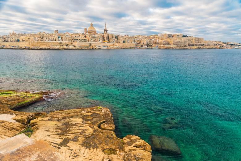 Piękny widok na Vallettę, Maltę, panoramę starego miasta z miasta Sliema po drugiej stronie portu