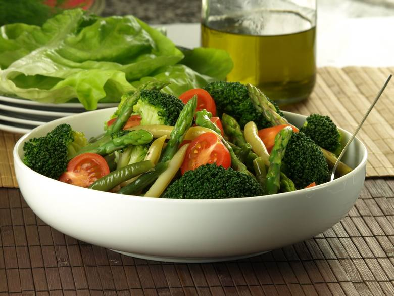 Na diecie dr Dąbrowskiej niemal wszystkie warzywa są dozwolone. Najlepiej jeść je w formie sałatek i surówek, które można przyprawić solą i pieprzem,