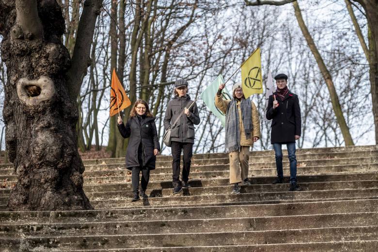 Ola, Julian, Lena i Miłosz to członkowie poznańskiej grupy Extinction Rebellion. Domagają się aktywizacji władz w walce o poprawę klimatu.