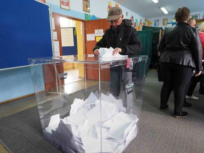 Wybory parlamentarne 2019. Trwają wybory do Sejmu i Senatu. Zobaczcie, jak głosują mieszkańcy Koszalina.Wybory parlamentarne 2019 [RELACJA NA ŻYWO]