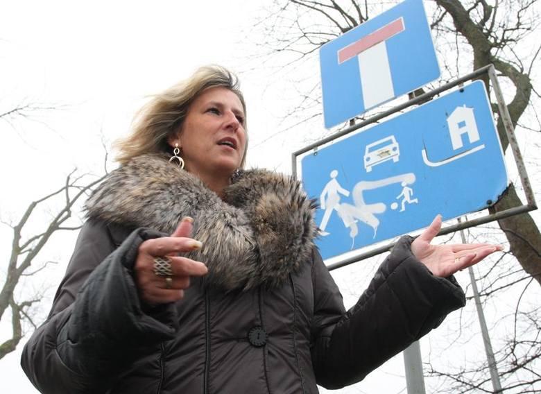 Małgorzata Kołek przy znaku o strefie zamieszkania przy ul. Gałczyńskiego.