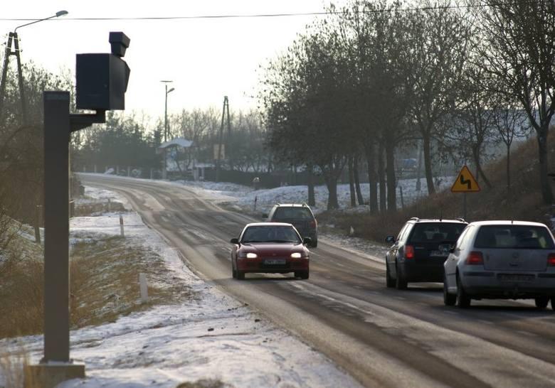 Sama obecność masztu w Moczkowie sprawia, że kierowcy częściej zdejmują nogę z gazu.