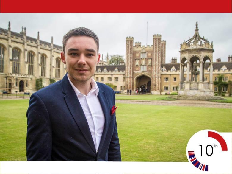 Jakub Nagrodzki na tle swojej uczelni - Uniwersytetu Cambridge