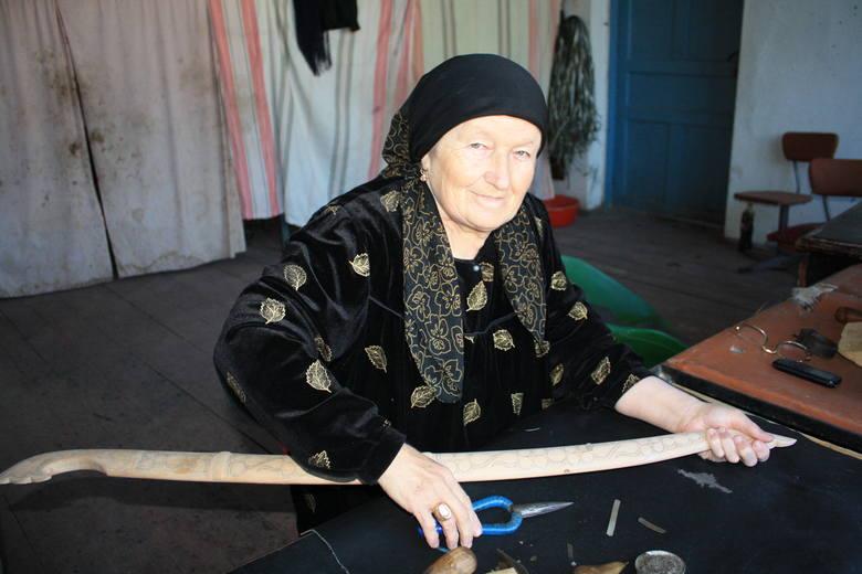 Kobieta z Uncukul przy wyrobie dekoracyjnych pochw do szabli