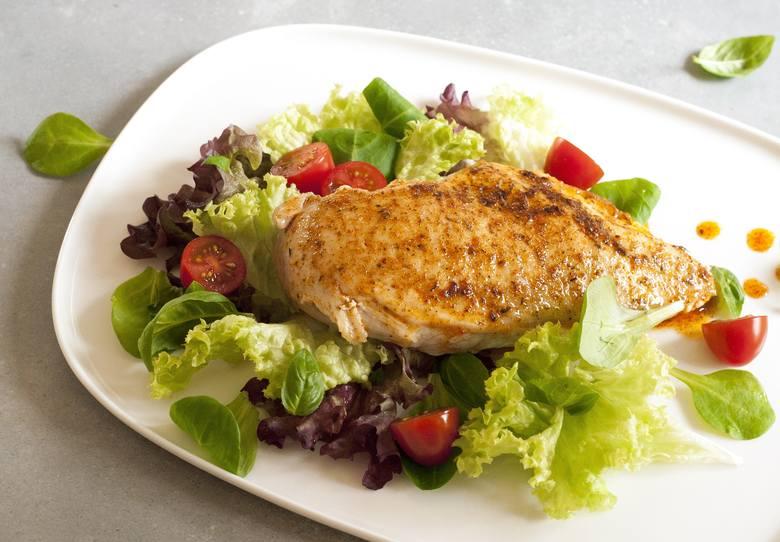 Pieczona pierś kurczaka z lekkimi warzywami to smaczny i wygodny posiłek diet DASH.