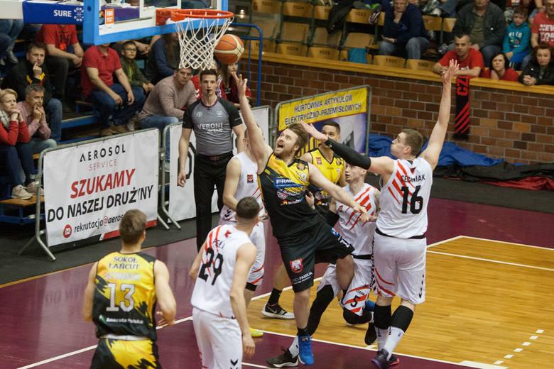 Koszykarze STK Czarnych Słupsk pokonali w pierwszym meczu o 3. miejsce Sokół Łańcut 79:75 i przed meczem rewanżowym są w nieco lepszej sytuacji od swojego