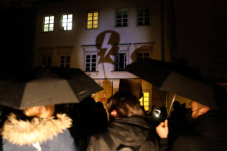 """Strajk Kobiet w Krakowie na ul. Szerokiej. """"Jesteśmy solidarni z osobami, które w środowy wieczór biła i gazowała policja w Warszawie. Kraków"""