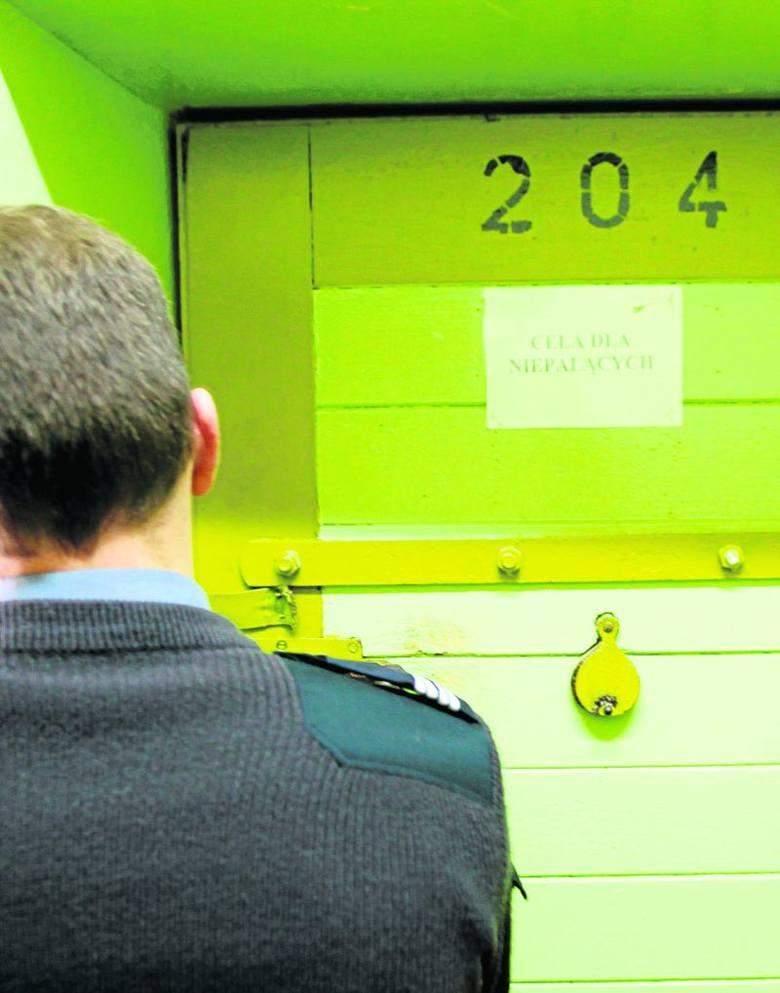 Funkcjonariusze służby więziennej regularnie kontrolują cele.