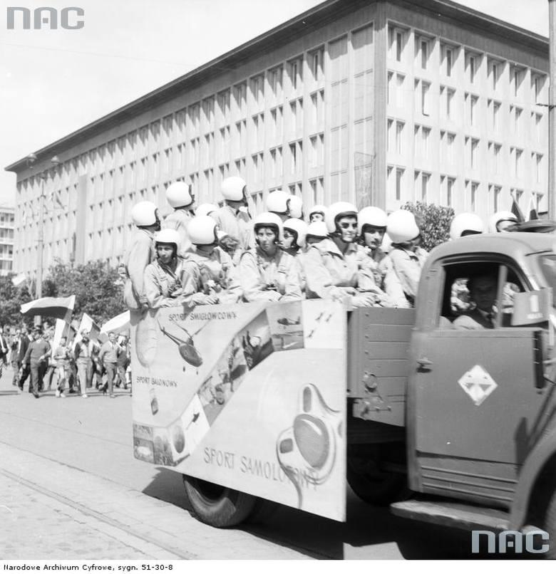 Przedstawiciele sportów powietrznych podczas przejazdu ciężarówką na ul. Marszałkowskiej.