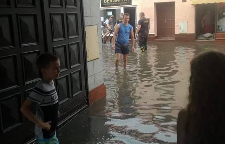 Po długim okresie suszy w Wielkopolsce, we wtorek nareszcie zaczęło padać i od razu były to ulewy, które zalewały ulice i powodowały podtopienia. Najboleśniej