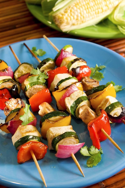 Na diecie Eco-Atkins szaszłyki z warzyw można przygotować z dodatkiem twardego tofu.