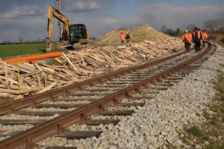 Tak budują linię kolejową Wrocław - Świdnica. Siedem dni w tygodniu (NAJNOWSZE ZDJĘCIA)
