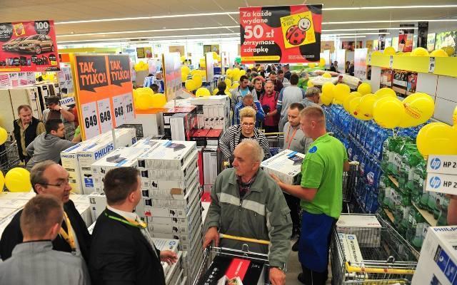 Pracownicy sieci sklepów Biedronka i Tesco mają nowy system premiowy. Wysokie premie mają ich dopingować do lepszej pracy i wyższej frekwencji w pracy.ZOBACZ
