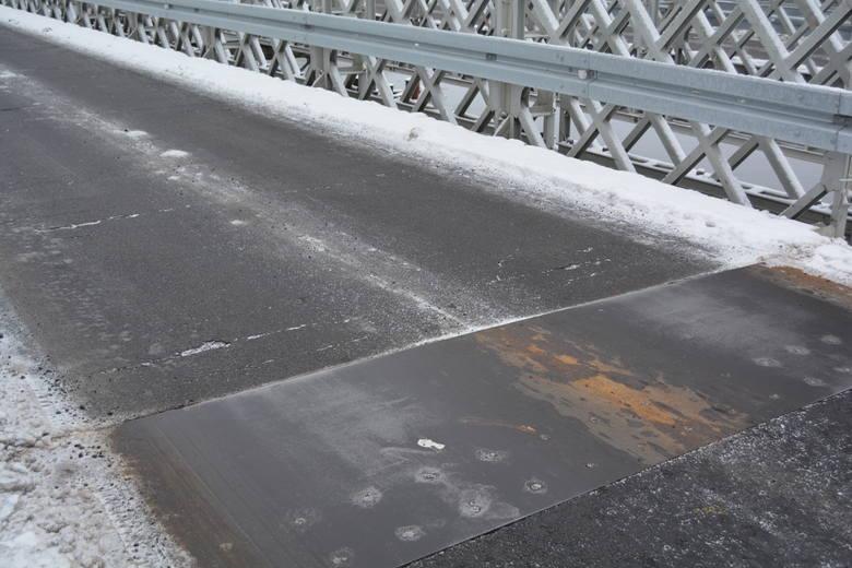 Ostrołęka. Spękania na jezdni mostu zastępczego: miasto wyjaśnia [ZDJĘCIA]
