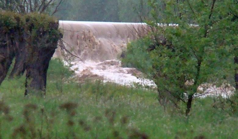 19 maja 2010 roku wody Wisły przerwały wał w Sandomierzu, przy dzielnicy Koćmierzów. Na zdjęciu moment kiedy potężna woda niszczy umocnienia i zalewa