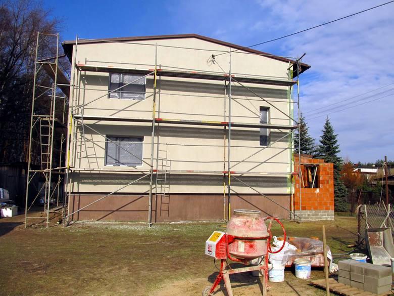 Najwięcej oszczędności można uzyskać na etapie projektu. Najtańszy dom to taki, który zbudowano na planie prostokąta, bez zbędnych udziwnień bryły. Każdy