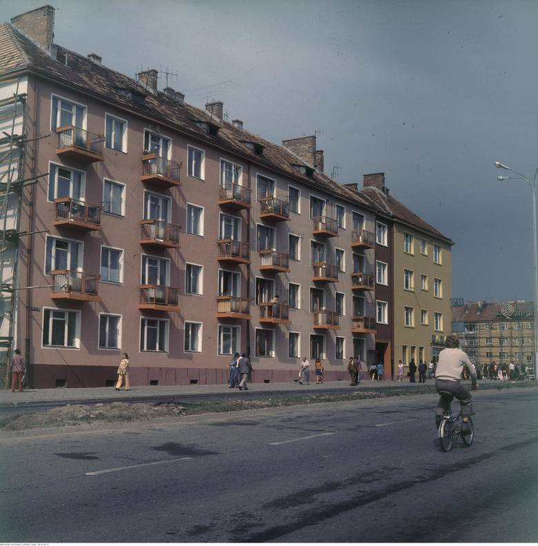 Ulica prowadząca do rynku. Na jezdni widoczny mężczyzna na rowerze składanym.Naciśnij strzałkę w prawo lub kliknij na strzałkę przy zdjęciu, żeby zobaczyć