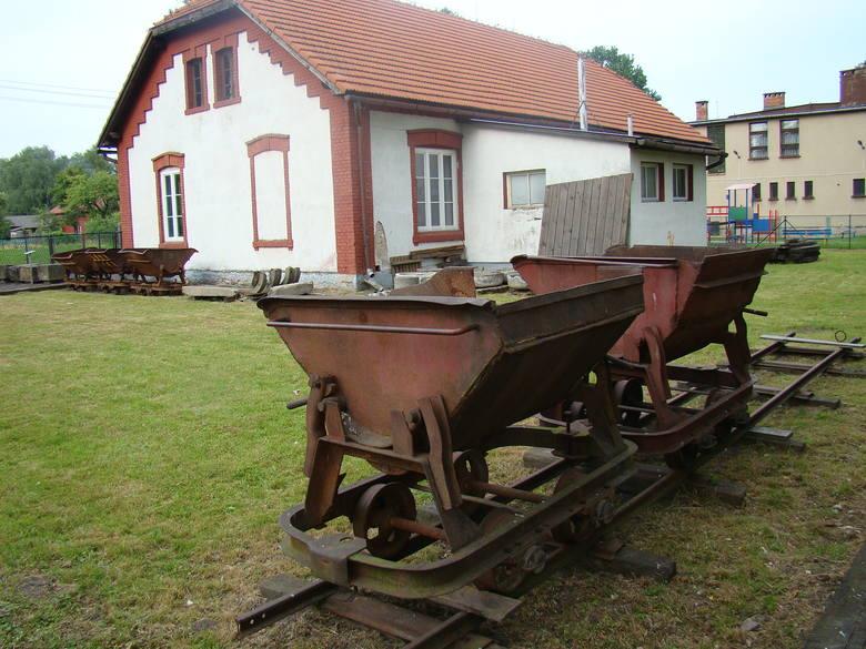 Wagoniki, którymi więźniarki z karnej kompanii przewoziły kamienie na budowie wału przeciwpowodziowego na Wiśle. W tle budynek w Brzeszczach Borze, gdzie były więzione