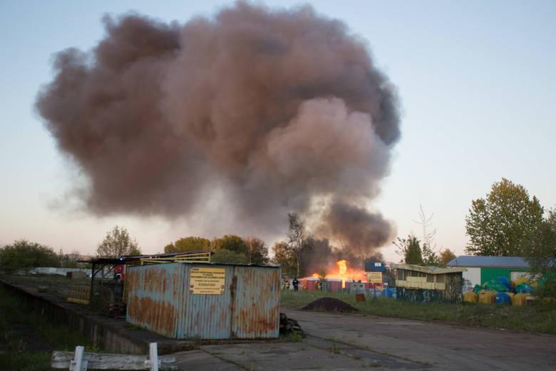 W czwartek (14.05) niedaleko ulicy Grottgera w Słupsku doszło do groźnie wyglądającego pożaru. W ogniu stanęło kilkanaście zmagazynowanych toi toi. W