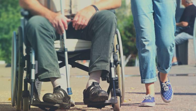 Pierwszą kwestia poruszaną przez Adama Bodnara była sytuacja osób z niepełnosprawnościami oraz ich opiekunów. Wątpliwości wzbudza sposób orzecznictwa