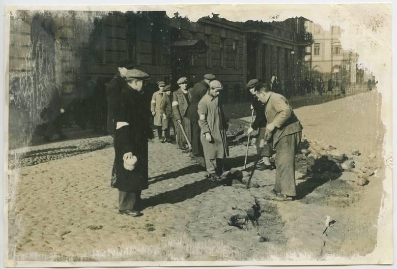 Budowa muru getta warszawskiego w 1940 r.