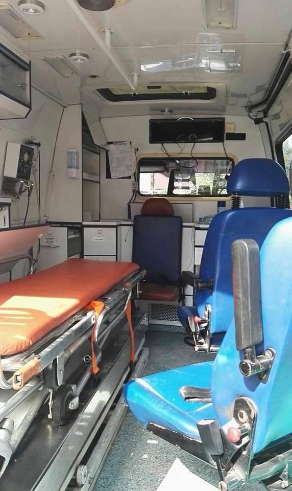 Nieznani sprawcy zdewastowali pojazd, ukradli materiały opatrunkowe, radio samochodowe z głośnikami, modulator oraz sprzęt diagnostyczny t.j. stetoskopy,
