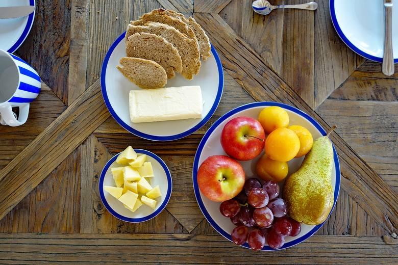 1. Dobre śniadanie = dobry start!Nasze posiłki powinny być niewielkie objętościowo, a urozmaicone i spożywane w równych odstępach czasu (mniej więcej