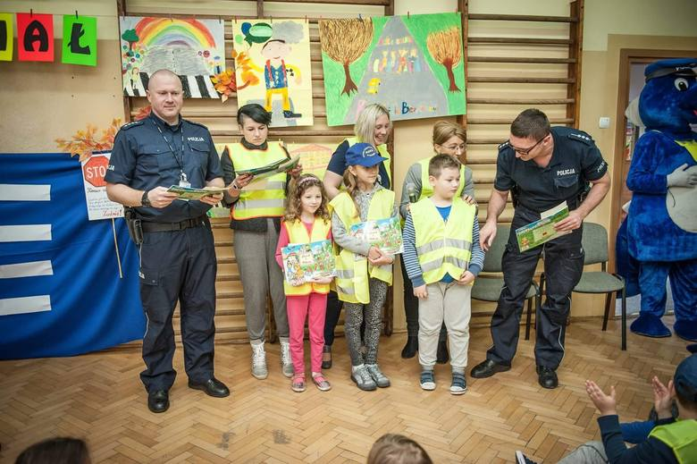 """Policjanci biorą udział w podsumowaniu akcji """"Odblaskowa Szkoła"""""""