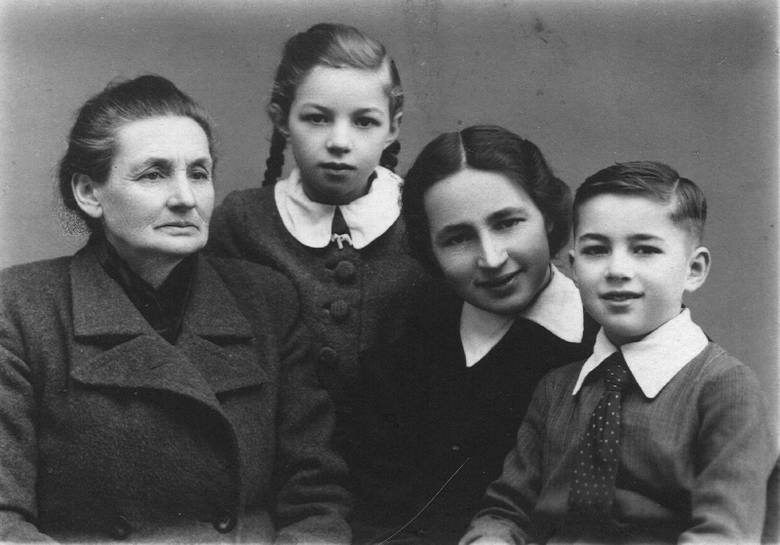 Ślub rodziców pana Janusza - Józefa Mroza z Marią Kucharską. U góry drugi z lewej brat taty Stanisław, dalej brat mamy Zenon i dziadek Jan Mróz; pierwszy