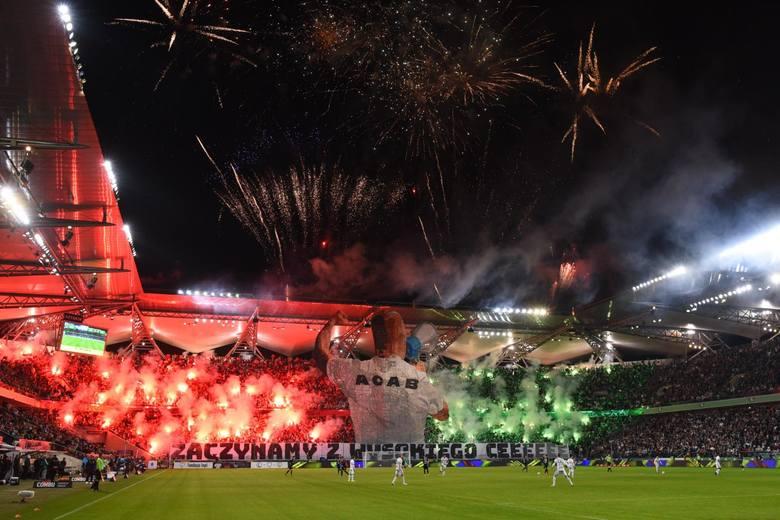 Jaka była oprawa kibiców Legii Warszawa przed meczem z Cracovią? Fani stołecznego zespoły zaprezentowali efektowną oprawę. Oprócz płótna zwisającego