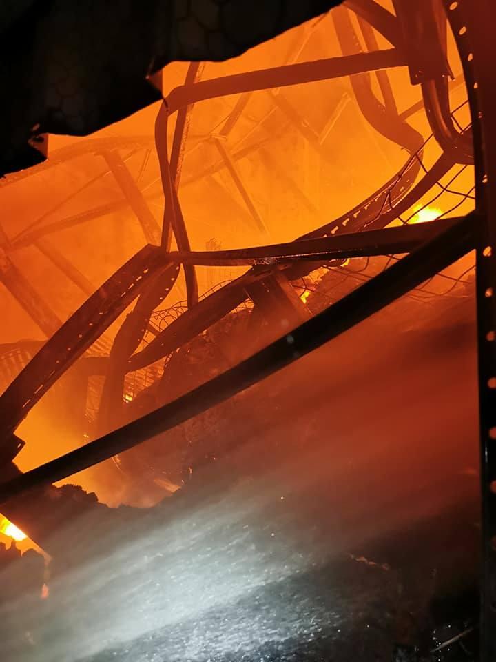 Pożar w Bielanach Wrocławskich. Z ogniem walczyło 17 zastępów straży pożarnej [FILM, ZDJĘCIA]